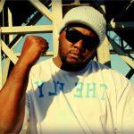 Rapper Enézimo retorna com o clipe 'Aço no Peito'